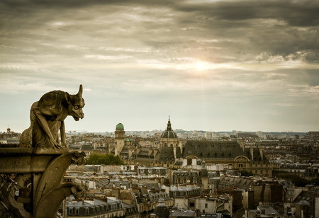 gargouille: Chimera (gargoyle) of the Cathedral of Notre Dame de Paris overlooking Paris, France Banque d'images