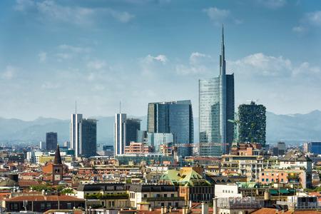 이탈리아의 포르토 누 오보 (Porto Nuovo) 비즈니스 지구의 현대적인 고층 빌딩이있는 밀라노 스카이 라인 스톡 콘텐츠