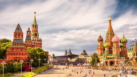 クレムリンとモスクワの赤の広場の聖バジル大聖堂。赤の広場、モスクワの主要な観光アトラクションです。 写真素材