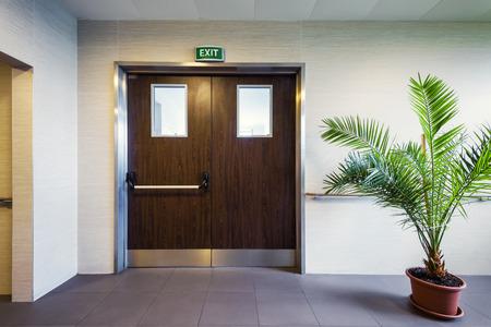 사무실이나 클리닉의 비상구가있는 현대적인 인테리어