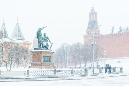 The Red Square with Moscow Kremlin and monument to Minin and Pozharsky in the winter, Russia. The Moscow Kremlin is the residence of the Russian president and the main tourist attraction of Moscow. Banque d'images