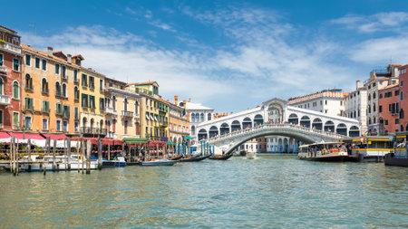 Famous Rialto Bridge over the Grand Canal in Venice, Italy. Rialto Bridge (Ponte di Rialto) is one of the main tourist attractions of Venice. Éditoriale