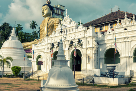 Wewurukannala Vihara is the old Buddhist temple in the town of Dickwella, Sri Lanka. A 50m-high seated Buddha statue is the largest in Sri Lanka. Banque d'images
