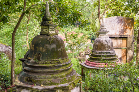 Ancient Buddhist stupas in Mulkirigala Raja Maha Vihara rock temple in Sri Lanka Banque d'images