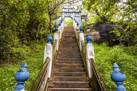 Stairs in ancient Buddhist rock temple in Mulkirigala, Sri Lanka Banque d'images