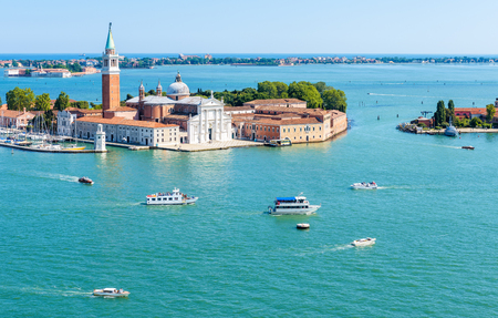 Panoramic aerial view of Venetian lagoon with islands in Venice, Italy. San Giorgio Maggiore island in the foreground.  Banque d'images