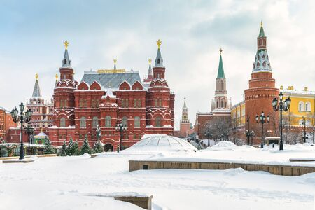 Manezhnaya Square, the State Historical Museum and Kremlin in the winter, Moscow, Russia. Moscow Kremlin is the residence of the Russian president and the main tourist attraction of Moscow. Banque d'images