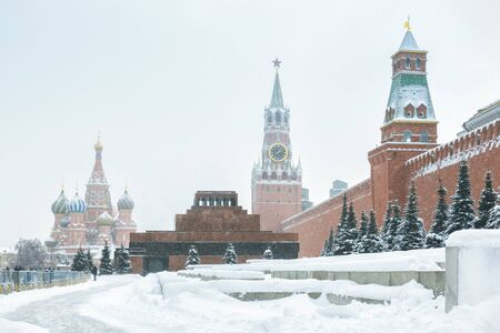 Red Square with Saint Basil`s Cathedral and Kremlin during snowfall in winter, Moscow, Russia. The Red Square is the main tourist attraction of Moscow. Banque d'images