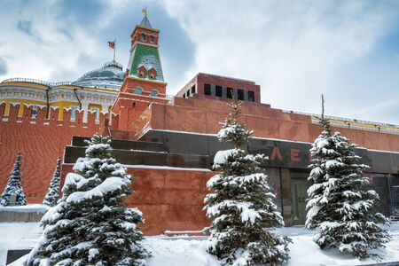 Lenins Mausoleum by Moscow Kremlin on the Red Square in winter during snowfall. Moscow, Russia. The Red Square is the main tourist attraction of Moscow. Éditoriale