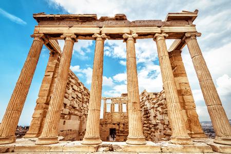Erechtheion-Tempel auf der Akropolis, Athen, Griechenland. Es ist eines der wichtigsten Wahrzeichen von Athen. Klassische antike griechische Architektur im Zentrum von Athen. Antike Ruinen auf der Akropolis von Athen im Sommer.