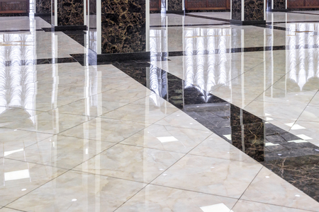 Marble floor in the luxury lobby of office or hotel. Real floor tile pattern with reflections for background. Shiny floor after professional cleaning. 免版税图像