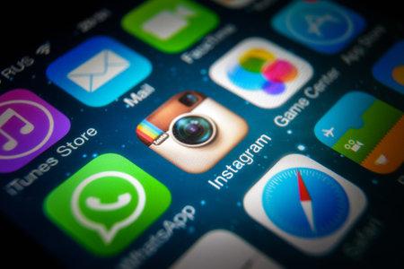 Mosca - 11 marzo 2019: Logo di Instagram sul primo piano dello schermo di IPhone. Icona dell'applicazione dei social media Instagram su smartphone, vista macro. Instagram e altre app mobili su dispositivi digitali.