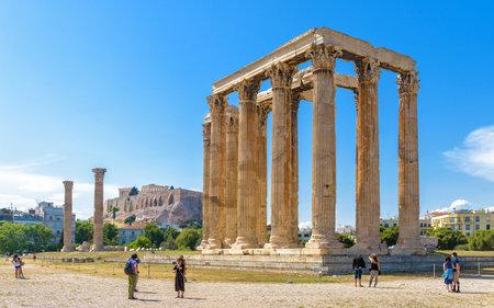 Athen – 9. Mai 2018: Menschen besuchen den Tempel des Olympischen Zeus in Athen, Griechenland. Der Tempel des Zeus oder Olympieion ist ein großartiges Wahrzeichen von Athen. Panorama der riesigen antiken griechischen Ruinen im Zentrum von Athen.