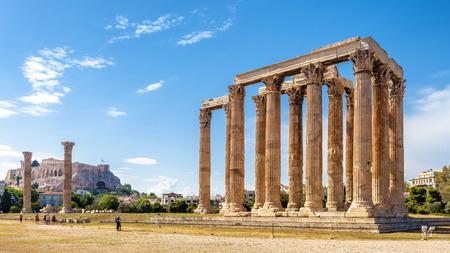 Panorama des Tempels des Olympischen Zeus, Athen, Griechenland. Es ist ein großartiges Wahrzeichen von Athen. Riesige antike griechische Ruinen mit Blick auf die Akropolis von Athen. Die Menschen besuchen die Überreste der antiken Stadt Athen.
