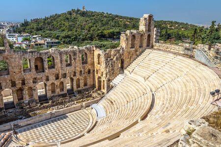 Odeon di Erode Attico all'Acropoli di Atene, Grecia. È uno dei principali punti di riferimento di Atene. Primo piano antico dell'anfiteatro. Vista panoramica delle famose rovine greche antiche nel centro di Atene.
