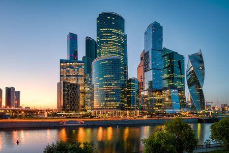 Moskou stadsgezicht met wolkenkrabbers van Moskou-stad bij zonsondergang, Rusland. Moskou-City is een zakenwijk aan de oever van de rivier de Moskva. Panorama van moderne hoge gebouwen in het centrum van Moskou 's nachts. Stockfoto
