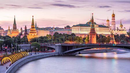 Kreml moskiewski nad rzeką Moskwą, Rosja. Sceneria starego miasta w Moskwie w nocy. Panoramiczny widok na starożytny Kreml moskiewski w letni wieczór. Piękny pejzaż słynnego centrum Moskwy o zmierzchu.