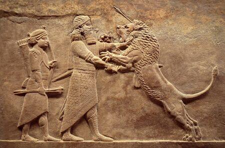 Alivio de la pared asiria, detalle del panorama con la caza real del león. Tallado antiguo de la historia de Oriente Medio. Restos de la cultura de la civilización antigua de Mesopotamia. Increíble arte babilónico y sumerio.