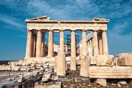 Tempio antico del Partenone sull'acropoli, Atene, Grecia. È il principale punto di riferimento di Atene. Facciata del famoso Partenone nel centro di Atene. Scenario di rovine greche, resti della cultura ateniese classica.