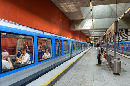 Munich, Allemagne - 2 août 2019 : à l'intérieur de la station de métro de Munich. Former avec des passagers dans le métro moderne. Vue panoramique de la plate-forme du métro urbain. Concept de transport urbain en Europe.