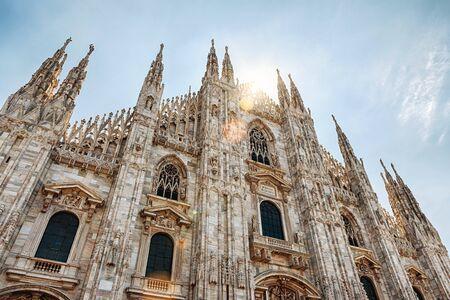 Mailänder Dom (Duomo di Milano) im Sonnenlicht, Italien. Es ist ein Top-Wahrzeichen von Mailand. Schöne Fassade des schönen Mailänder Doms an einem sonnigen Sommertag. Ansicht von unten auf die alte gotische Architektur von Mailand.
