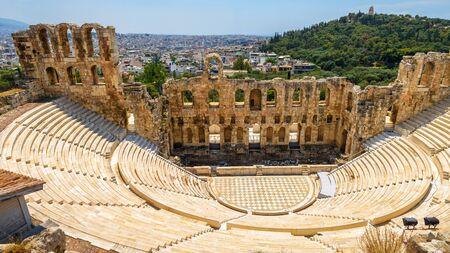 Odeón de Herodes Atticus en la Acrópolis de Atenas, Grecia. Es uno de los principales hitos de Atenas. Vista panorámica del antiguo teatro con vistas a la ciudad de Atenas. Paisaje de ruinas griegas clásicas en verano.