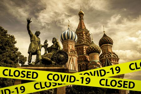 COVID-19 coronavirus in Russia, caution tape in photo of St Basil`s Cathedral, Moscow. World tourist landmarks closed due to corona virus outbreak. COVID19 pandemic, quarantine and travel concept. Banque d'images