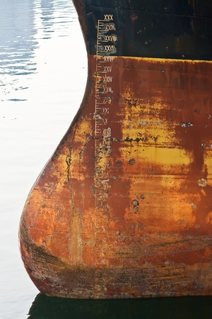 wasserlinie: Wasserlinie am Bug des Frachtschiffes.