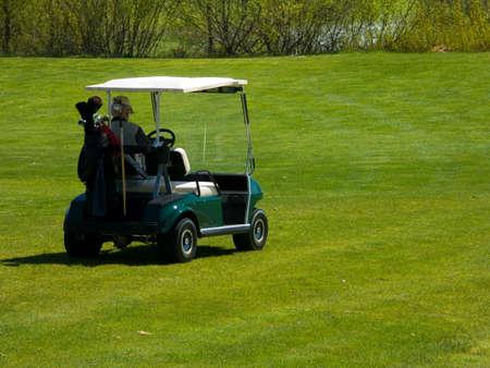 Man Sitting in Golf Cart 版權商用圖片