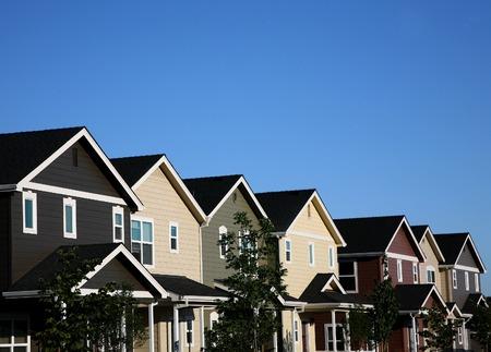 rij huizen: Multi-gekleurde rij huizen met ruimte voor ad-kopie Stockfoto