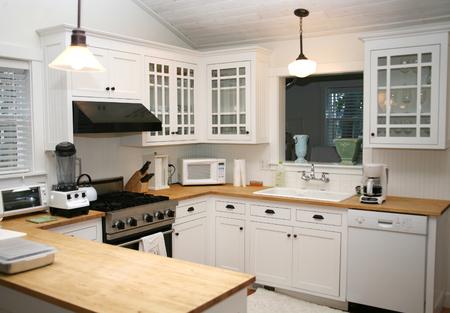 White Country Kitchen Standard-Bild