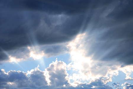 Rayos de la sol que emiten a través de las nubes Foto de archivo - 1623345