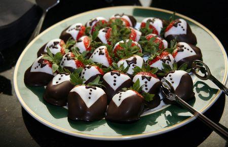chuparse los dedos: De fresas cubiertas de chocolate Tuxedos postre gourmet para fiestas