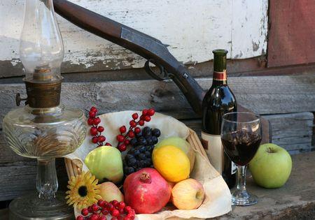 erntekorb: Ernte Korb mit Obst, Wein Flasche und Glas Lizenzfreie Bilder
