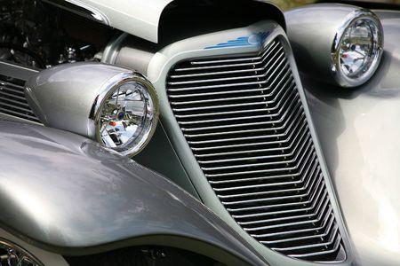 アンティークの車のヘッドライトとグリル