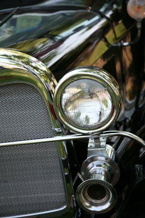 旧式な自動車用ヘッドライト、グリルと車ホーン