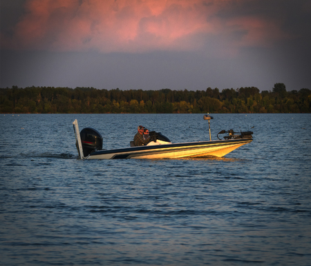 Kleine vissersboot op prachtig meer in Noord-Minnesota bij zonsondergang