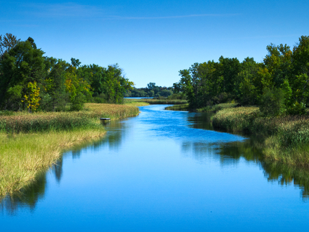 Le fleuve Mississippi coule vers le nord en direction de Bemidji Minnesota près de l'autoroute 2. Cette scène est à quelques kilomètres de la source au lac Itasca