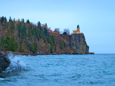 Waves break on shoreline atSplit Rock Lighthouse on the north shore of Lake Superior near Duluth and Two Harbors, Minnesota Stok Fotoğraf