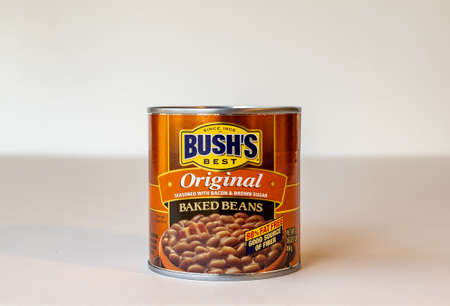 BEMIDJI, MN - 17 NOV 2020: Can of Bushs baked bean on the table. Bushs Brothers and Company was founded in 1908 and produces 80 percent of the baked beans consumed in the United States. Редакционное