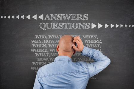 answers questions: Risposte alle domande, che cosa, dove, quando sulla lavagna Archivio Fotografico