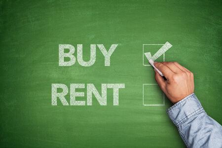 ?real estate?: Comprar o alquilar en la pizarra Foto de archivo