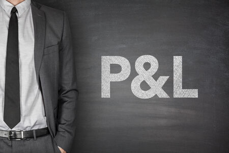 perdidas y ganancias: Ganancias y p�rdidas declaraci�n en la pizarra negro con el empresario