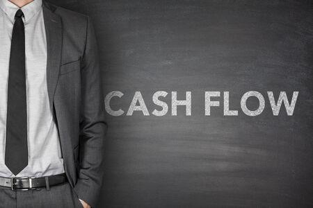 flujo de dinero: El flujo de efectivo en la pizarra negro con el empresario