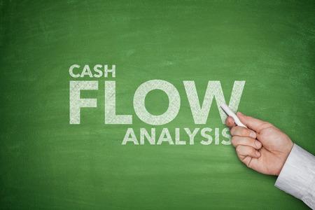 flujo de dinero: An�lisis de flujo de efectivo en la pizarra verde con billetes de un d�lar