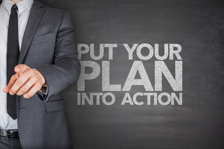 Ponga su plan en acción en la pizarra con la pila de dólares