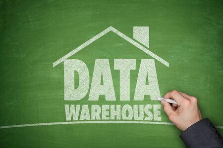 data warehouse: Concepto del almacenamiento de datos en la pizarra con la mano