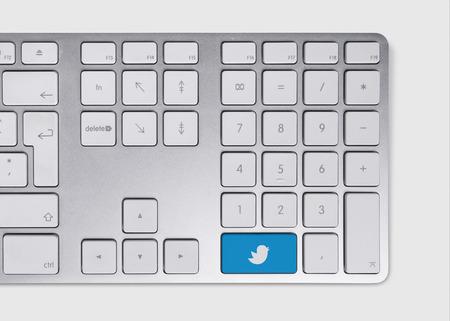 tweet icon: Icono azul p�o concepto en el teclado met�lico