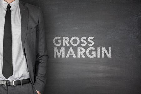 margine: Il margine lordo sulla lavagna nera con uomo d'affari