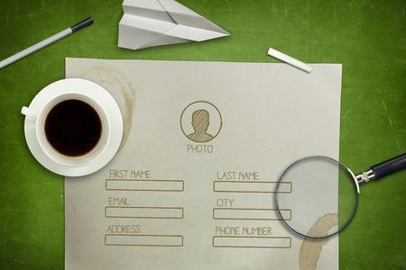 entrevista de trabajo: Concepto de aplicación en blanco en la verde pizarra de fotograma completo con la taza de café, papel y lupa Foto de archivo
